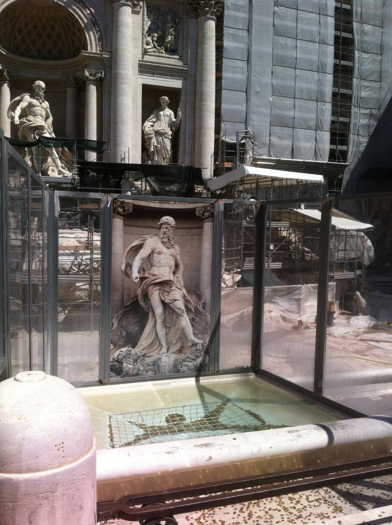 Fontana de Trevi em reforma.