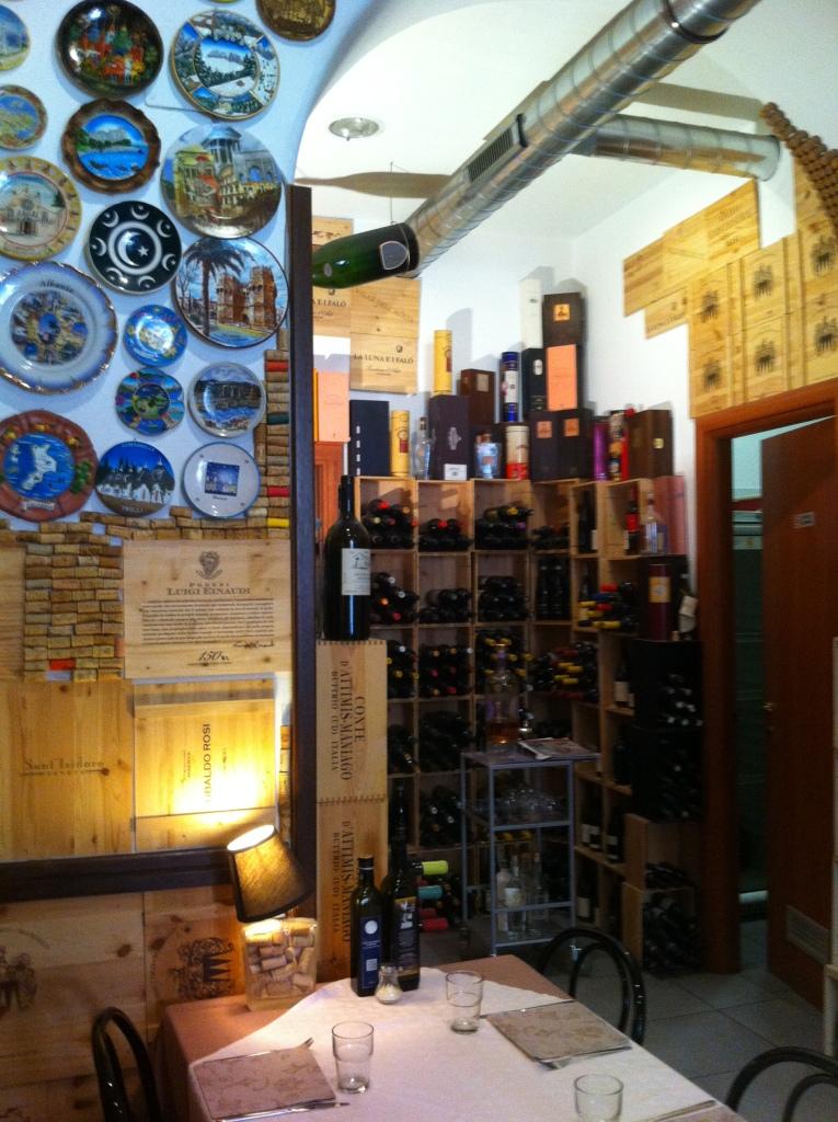 Pasta Lovefunciona também como uma adega com várias opções de vinhos.