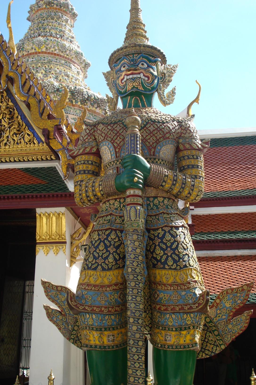 Esculturas Gigantes que são réplicas dos demônios da mitologia tailandesa com a espada do templo na mão em frente ao Grand Palace.