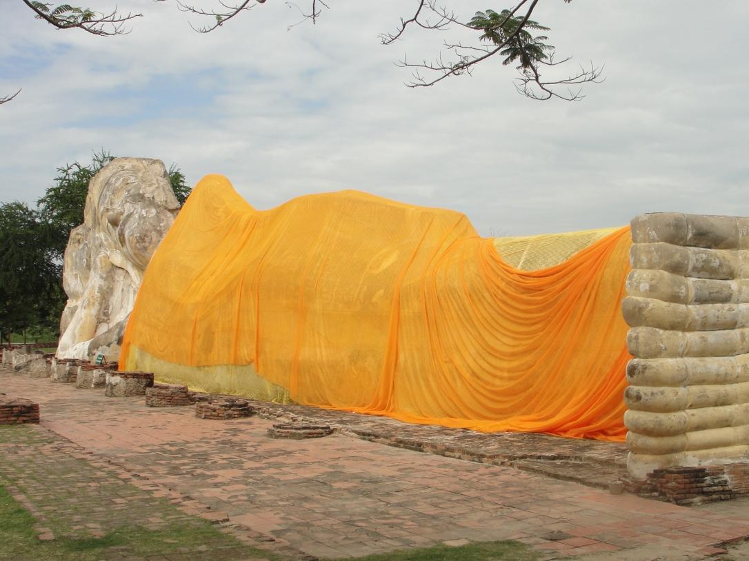 Buda deitado de Ayutthaya (Wat Lokayasutharam), cuja cabeça repousa sobre uma flor de lótus, é uma das maiores estátuas do país com 37 metros de comprimento, onde o Buda está na posição do Nirvana, aguardando sua morte para atingir a iluminação espiritual.