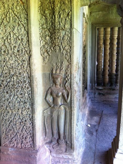 Detalhe das paredes do templo entalhadas com Apsaras (ninfas).