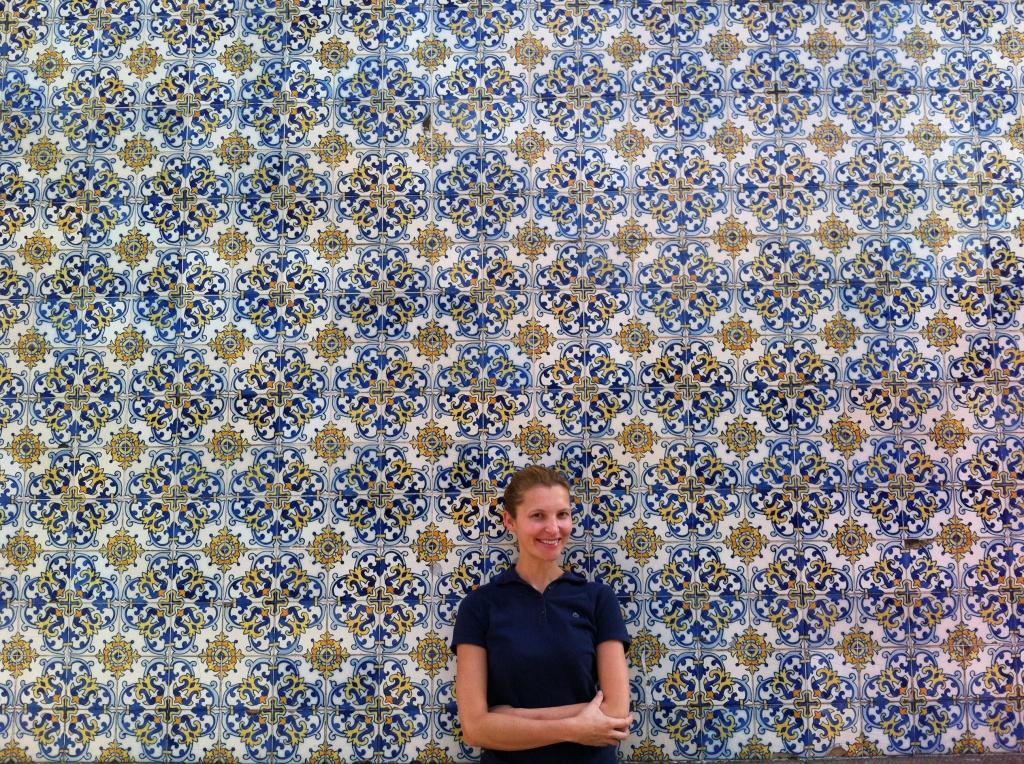Fachada em azulejos portugueses da Escola Portuguesa de Macau