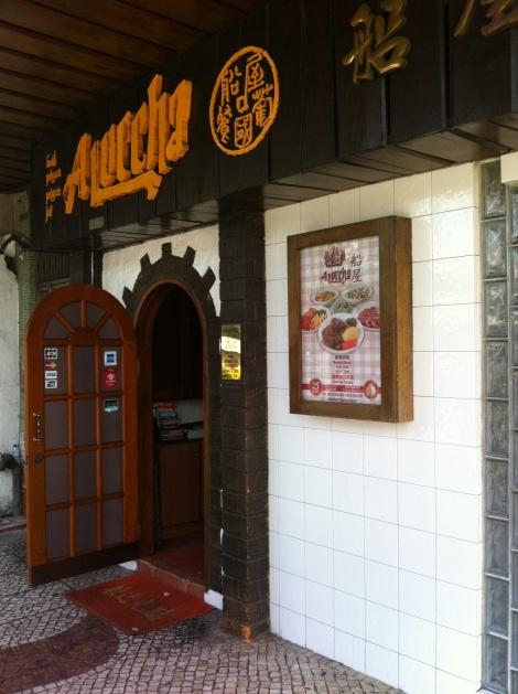 A Lorcha um dos restaurantes portugueses mais recomendados para provar um bacalhau. Fica ao lado do templo de A-Ma
