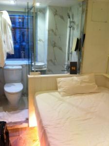 Mini quarto em um mini hotel.
