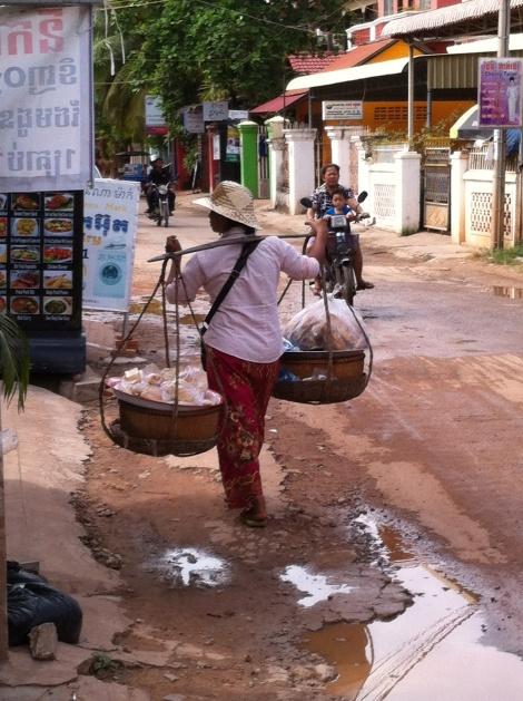 Moradora local em uma rua de Siem Reap