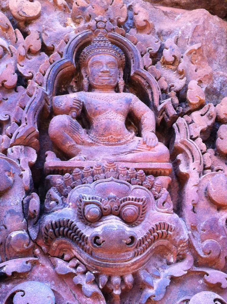 Entalhe em uma das portas do Templo de Banteay Srei
