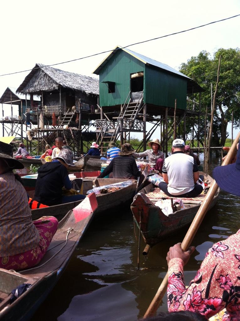 Passeio de canoa com os moradores do lago.