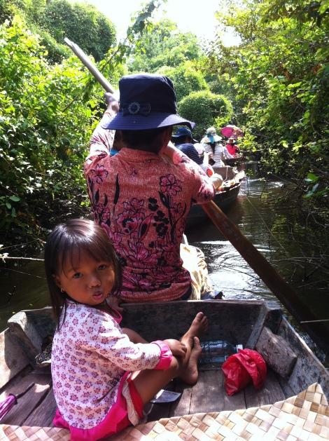 Passeio de canoa pelo lago com simpáticas crianças a bordo.