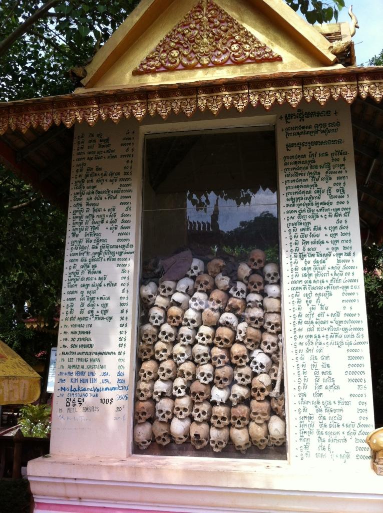 Memorial de Wat Thmey contendo crânios de pessoas mortas durante o regime khmer vermelho.