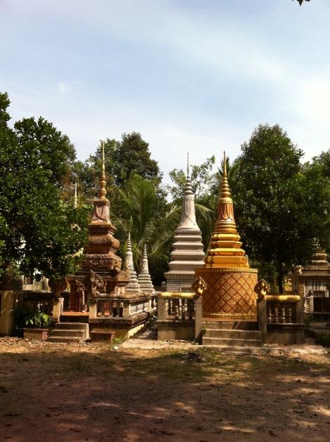 Stupas em Wat Thmey (construções funerárias para guardar os restos mortais).