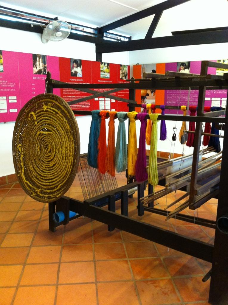 Tear manual e tipos de seda produzidos no Camboja.
