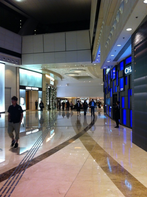 A estação Kowloon tem saída direta para o shopping Elements onde fica a entrada do Sky 100 e milhares de lojas e restaurantes.
