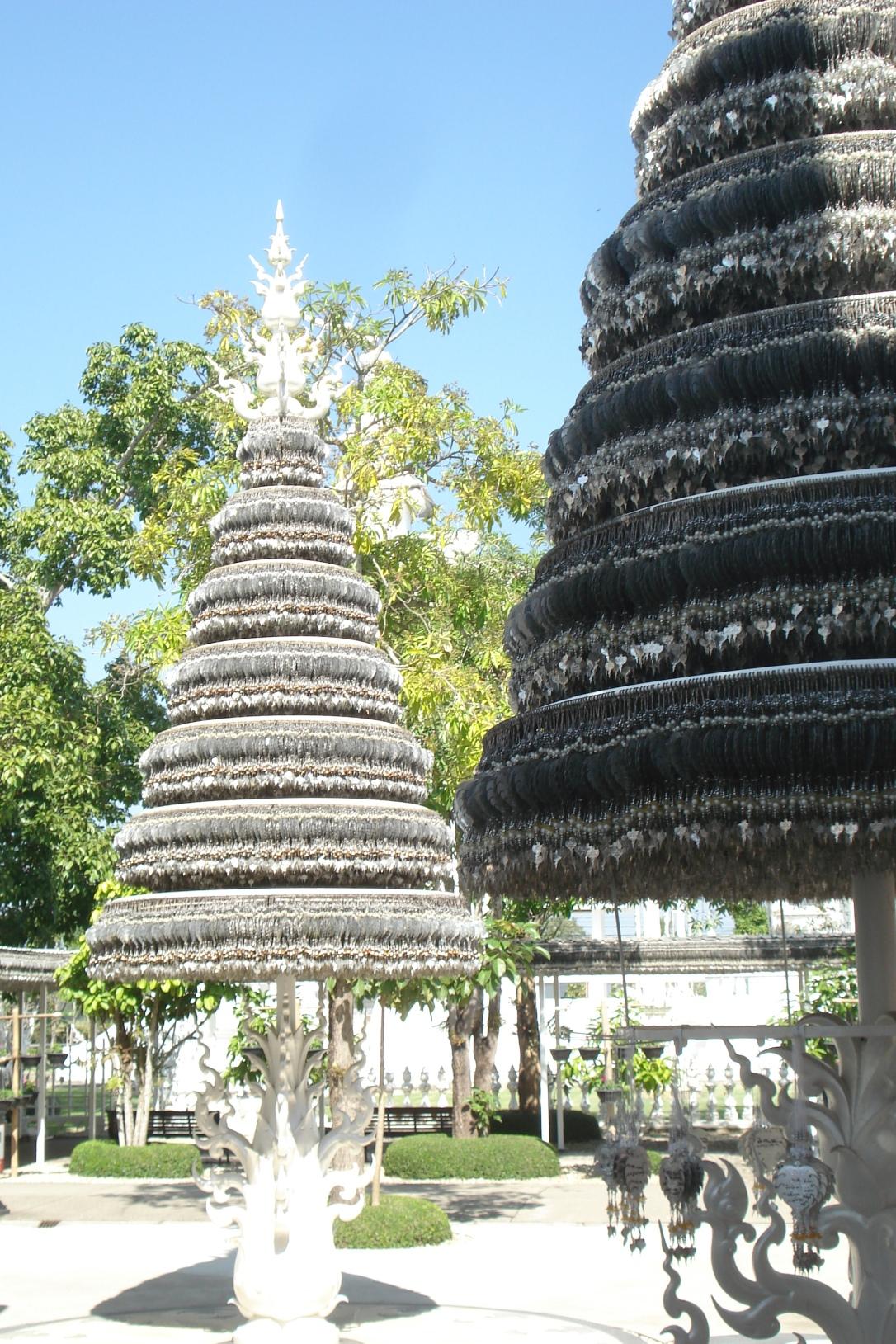 A árvore dos desejos fica ao lado do templo e quem quiser pode comprar o pingente de metal e escrever o pedido para pendurar na árvore.