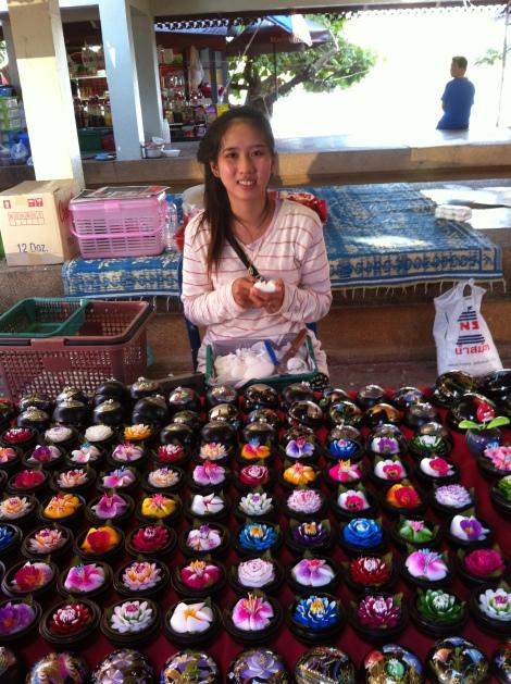 Artesã elaborando caixinhas de laca e flores de sabonete, típicos da região Norte da Tailândia.
