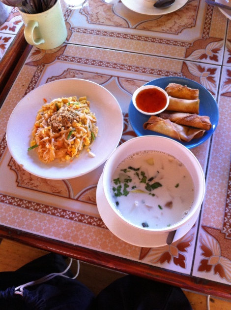 No sentido horário: Pad Thai, Bolinho Primavera e Sopa de Frango ao leite de coco.