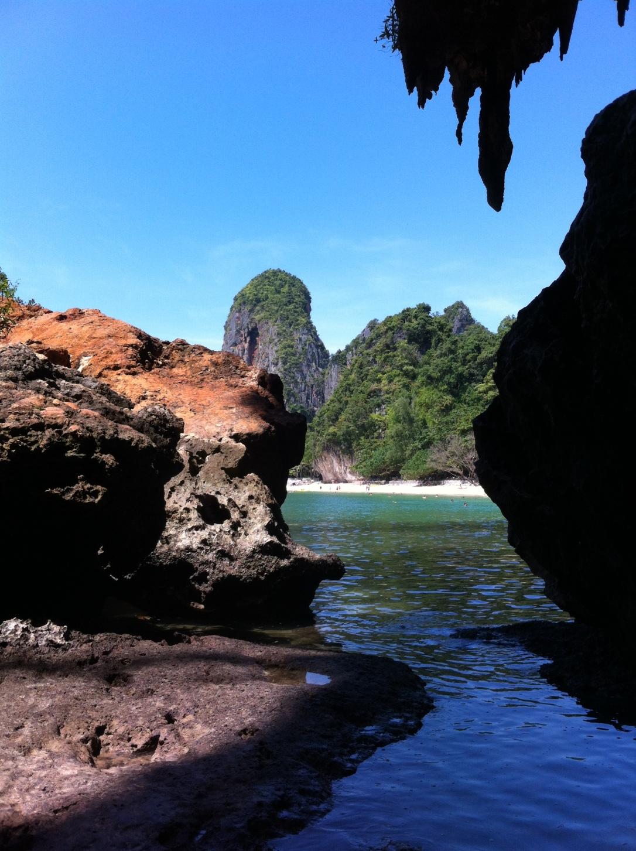 Praia de Phranang vista de dentro das cavernas.