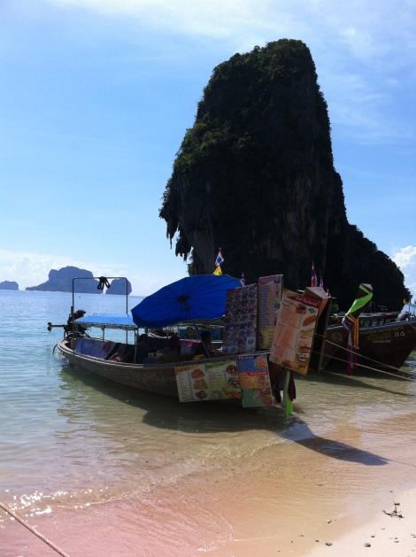 Os barcos atracam em Phranang e vendem deliciosos pratos e sucos.