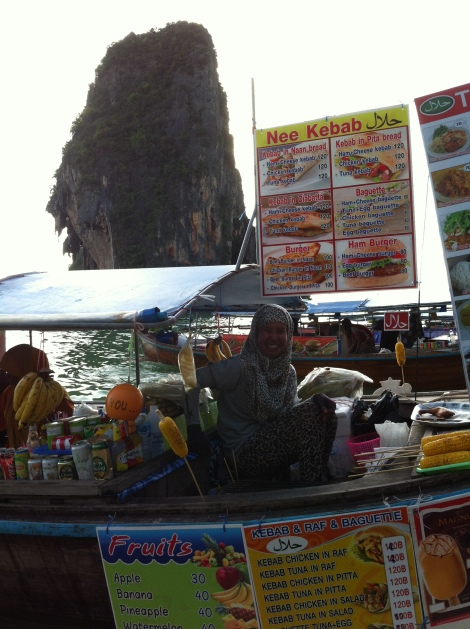 A simpatia da vendedora de petiscos em Phranang.
