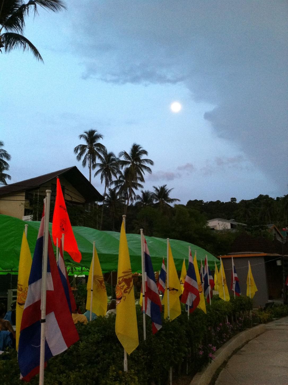 Lua cheia e bandeiras amarelas para fechar com chave de ouro a passagem em Phi Phi Island.