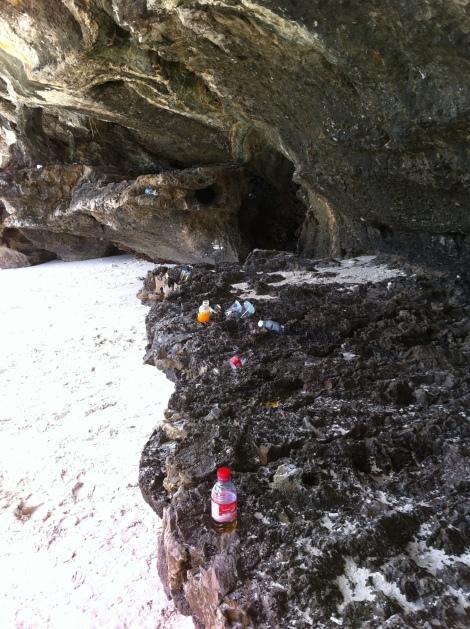 O lixo deixado pelos visitantes em Maya Bay.