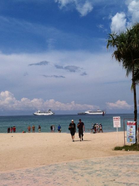Praia de Patong com os navios de cruzeiros ao fundo.