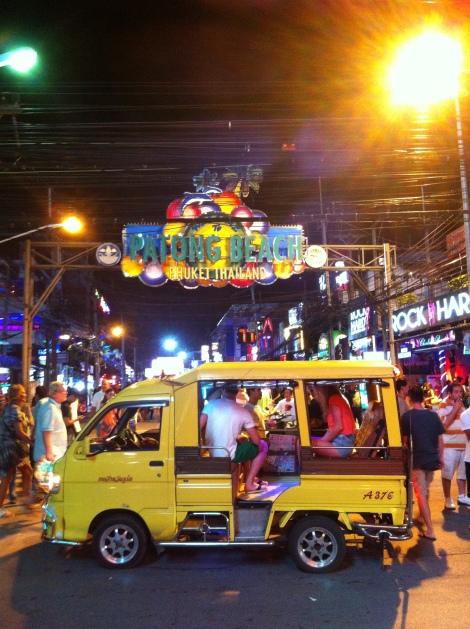 Turistas chegando de tuk tuk em Bangla Road.