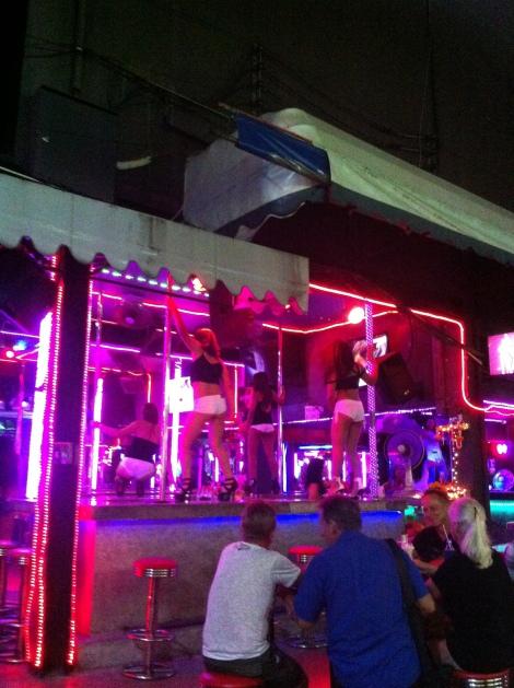 Um dos vários bares de Bangla Road