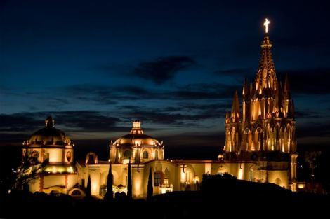 Catedral iluminada em San Miguel de Allende.