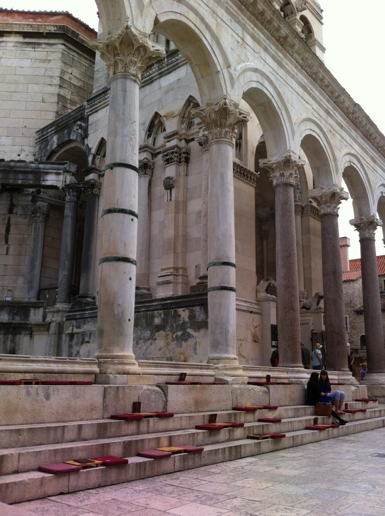 Mesinhas do bar em frente a catedral do palácio.