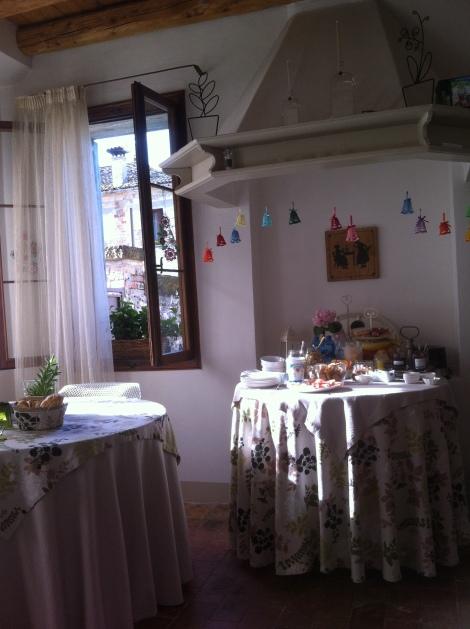 Café-da-manhã na casa das solteironas de Ron.
