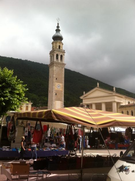 Centro de Valdobbiadene com a feirinha de segunda-feira.