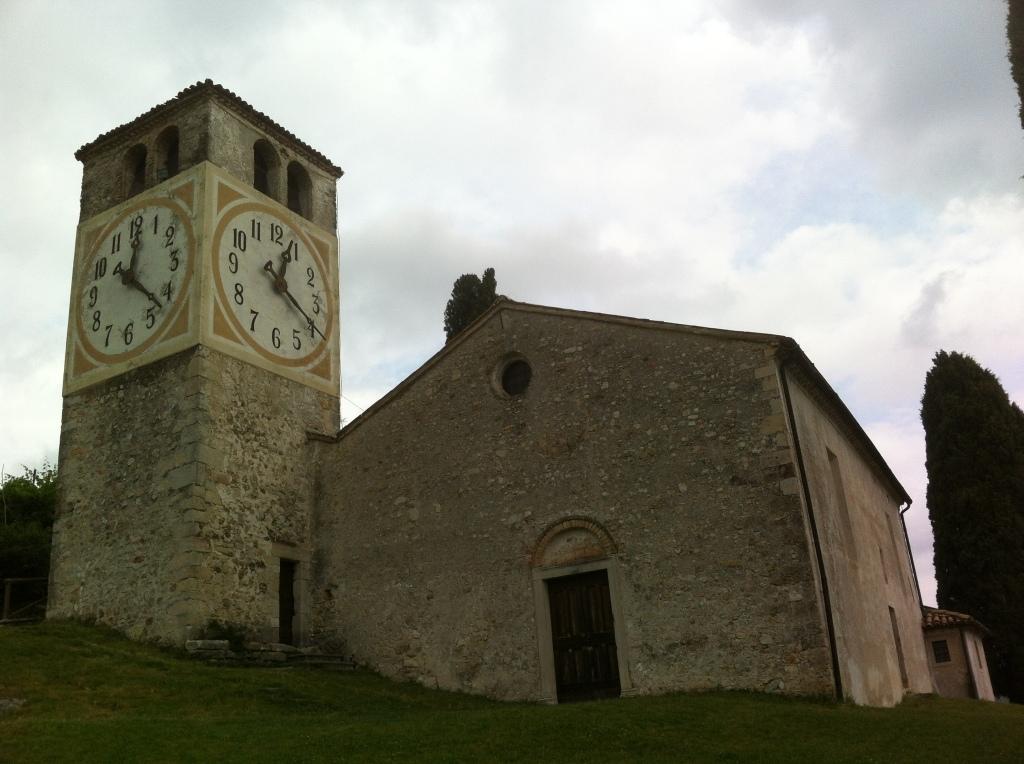 O relógio da igreja na colina.