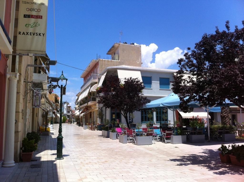 Rua principal de Argostoli em um Domingo a tarde.