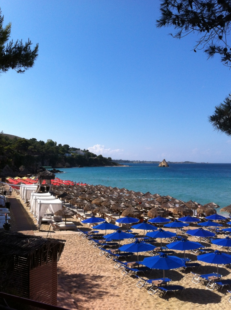 Praia de Platis Gialos com uma super estrutura de praia (a pagamento)