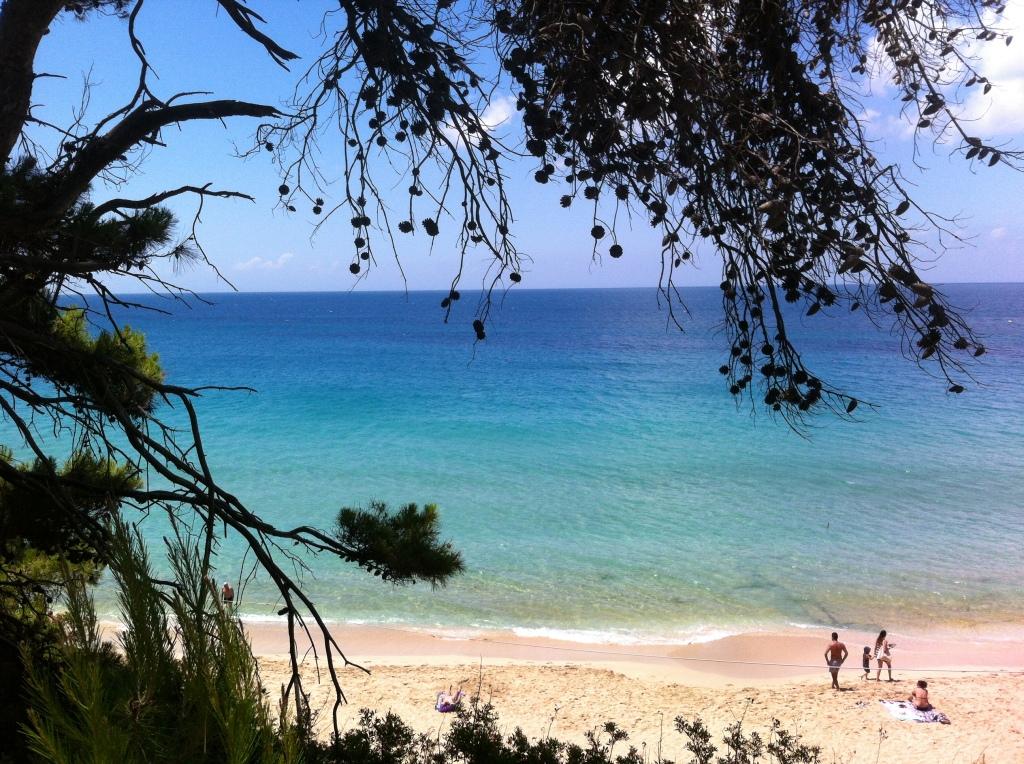 Praia de Makris Gialos um pouco mais tranquila.