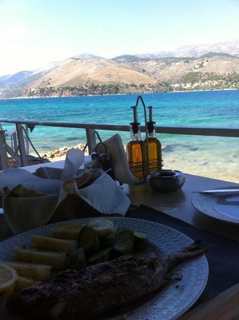 Uma parada estratégica no restaurante Vinaries para recarregar as energias antes de chegar em Argostoli.