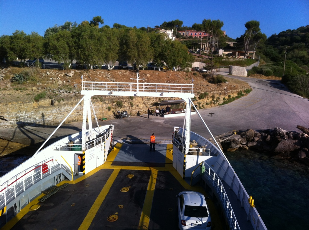 O ferry partindo de Pessada logo cedo.