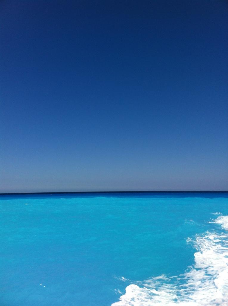 Os diversos tons de azul que confundiam o céu e o mar.