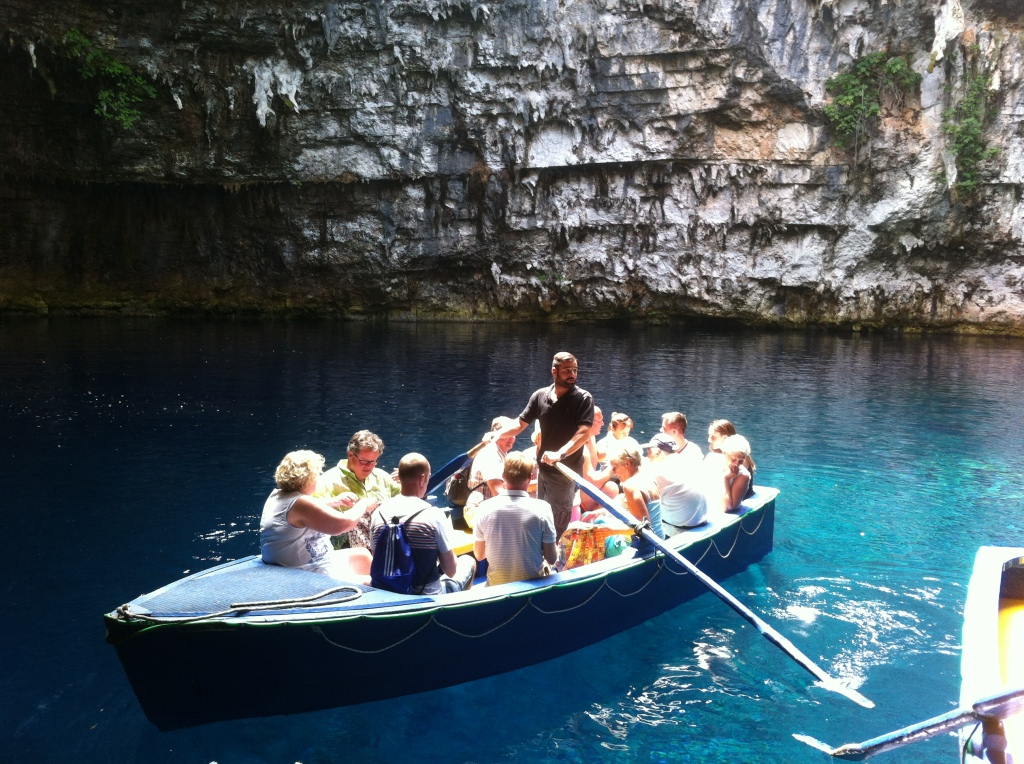 Passeio de barco pelo lago da caverna.