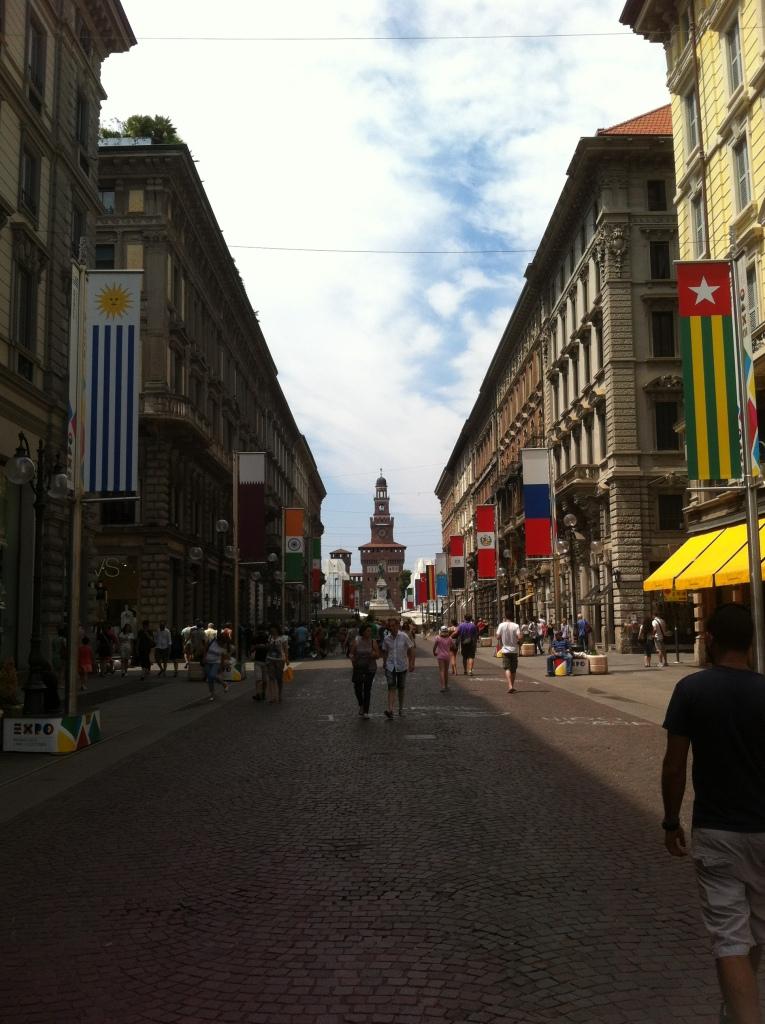 Entrada Castelo Sforzesco ao fundo e bandeiras dos países participantes da Expo Milano 2015.