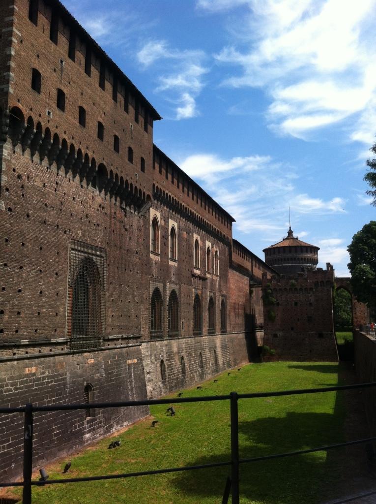 Vista lateral Castelo Sforzesco.