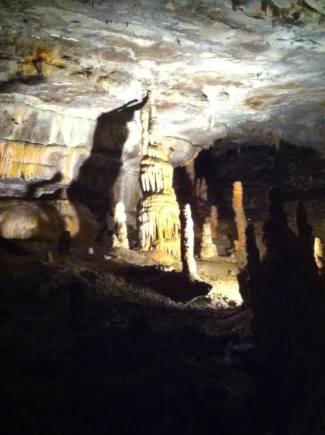 A coloração da rocha varia de acordo com os minerais que infiltram-se pelo solo acima da caverna.