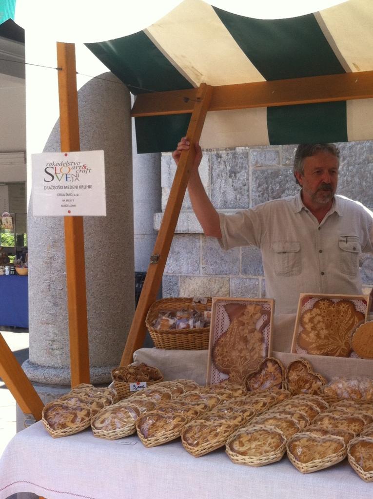 Lembrancinhas da Eslovênia feitas com mel e farinha em formato de coração.