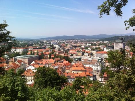 Vista panorâmica da cidade em um domingo de verão.
