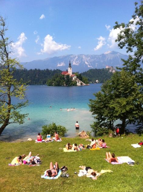 Lago lotado de banhistas aos domingos.