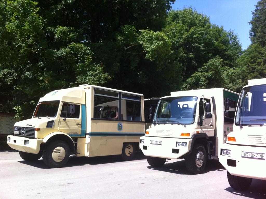 Ônibus que levam os visitantes ao início das trilhas.