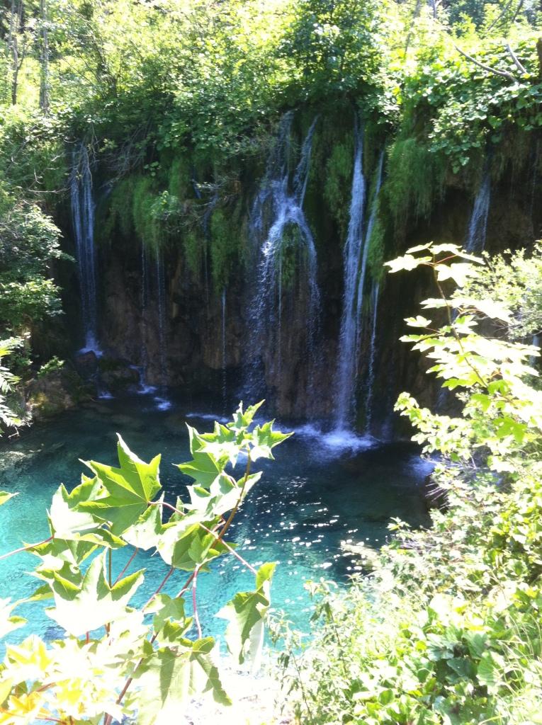 Cachoeiras em meio às trilhas.