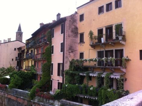 Ruas de Verona ao longo do Rio Adige.