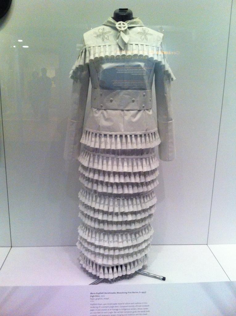 Um vestido elaborado com papel que representa a mulher na sociedade