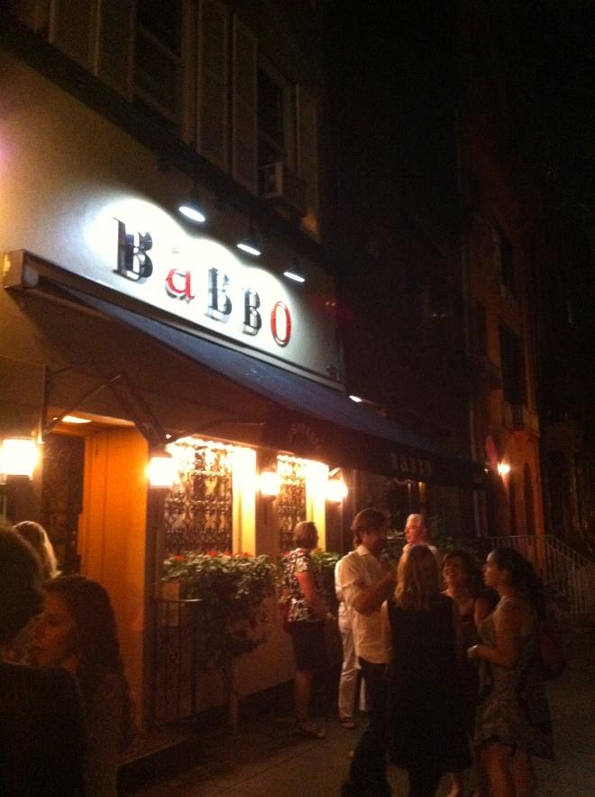 Retsaurante Babbo já com uma fila de espera gigante às 20:30.